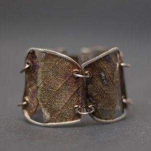 """Wyjątkowa bransoletka srebrna z serii """"Liście"""" autorstwa Doriana Grabowskiego. Bransoletka stworzona ręcznie, z niezwykłą fantazją i dbałością o każdy szczegół. Została wykonana ze srebra próby 925 z domieszką miedzi. Idealna propozycja dla nowoczesnych kobiet lubiących unikalne dodatki. Idealny prezent na wyjątkową okazję."""