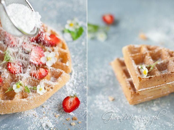 Przepis na idealne gofry bez użycia jajek i mleka. Fotografia kulinarna, piękne zdjęcia gofrów.