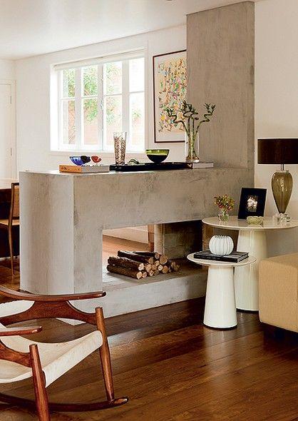 No lugar da antiga lareira de sua casa, a arquiteta Ana Marinho construiu um aparador de alvenaria que separa as salas de estar e jantar. Como já havia o assoalho de madeira, ela revestiu toda a estrutura e a parede ao lado com cimento queimado