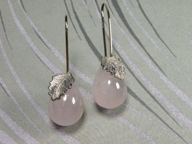 * earrings   oogst-sieraden * Oorsieraden * Witgouden blaadjes met lange krul en druppelvormige rozenkwarts * 565 euro *