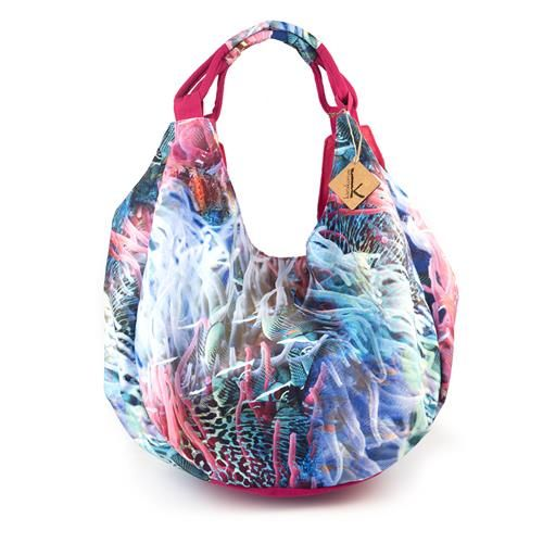 BORSA HIDRA - Capiente borsa in tela di nylon, stampa con alghe marine multicolore e tasca interna con zip. Chiusura con bottone metallico.