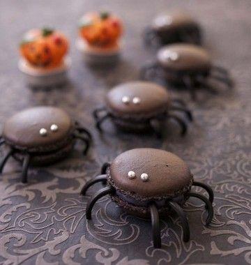Macarons araignées à la réglisse Ingrédients pour 20 macarons Pour les macarons :     80 g de poudre d'amandes     120 g de sucre glace     2 blancs d'oeuf (80 g)     60 g de sucre en poudre     colorant noir     perles argentées Pour la ganache :     100 g de chocolat noir à 52% de cacao     100 g de crème fraîche liquide     rouleaux de réglisse >