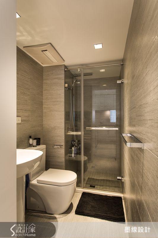 進入衛浴空間時小編不禁驚呼:「這簡直飯店衛浴!」設計師運用質感佳的進口石材磁磚來打造衛浴空間,加上玻璃拉門來規劃乾濕分離的衛浴設計,讓 13 坪的小坪數居家也能擁有令人驚豔的飯店級衛浴空間。工作一整天,能夠在這麼棒的衛浴裡充分洗去疲勞,就是現代人最奢侈的願望啊~