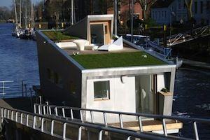 Casa galleggiante - Germania     Una casa galleggiante con il tetto verde! È il progetto di Bernhard Urich, Flo Floriane e Sascha Akkerman.   Il tetto verde è un perfetto isolante che aiuta la casa a regolare l'umidità.