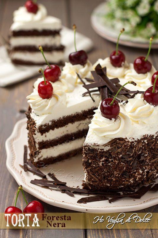 La torta foresta nera è una torta tedesca, come per tutti i dolci tradizionali e ben noti le origini sono sempre discusse ed ancora oggi poco chiare. La base è un pan di spagna al cioccolato bagnato con il Kirsch un'acquavite prodotta dalle ciliegie, tradizionalmente farcita con strati di panna, ciliegie e decorata con tanti riccioli di cioccolato.