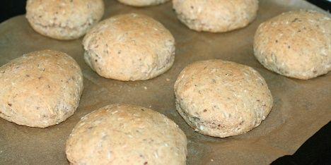 Luftige fuldkornsboller med bl.a. havregryn, solsikkekerner og hørfrø. Gode til både morgenmad og frokost.