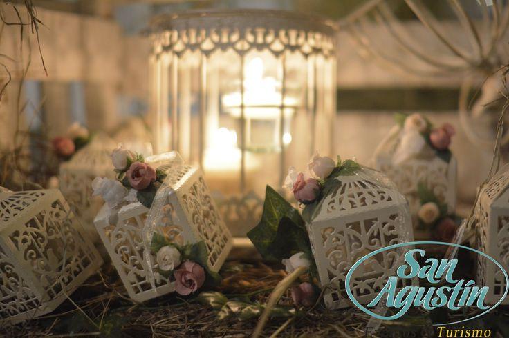 Aprovecha las diferentes texturas y tonalidades que te ofrecen las flores, son la nota predominante en una decoración teniendo en cuenta la temática. 444 44 94 - 018000114494 - 3168753305  contacto@tusanagustin.com