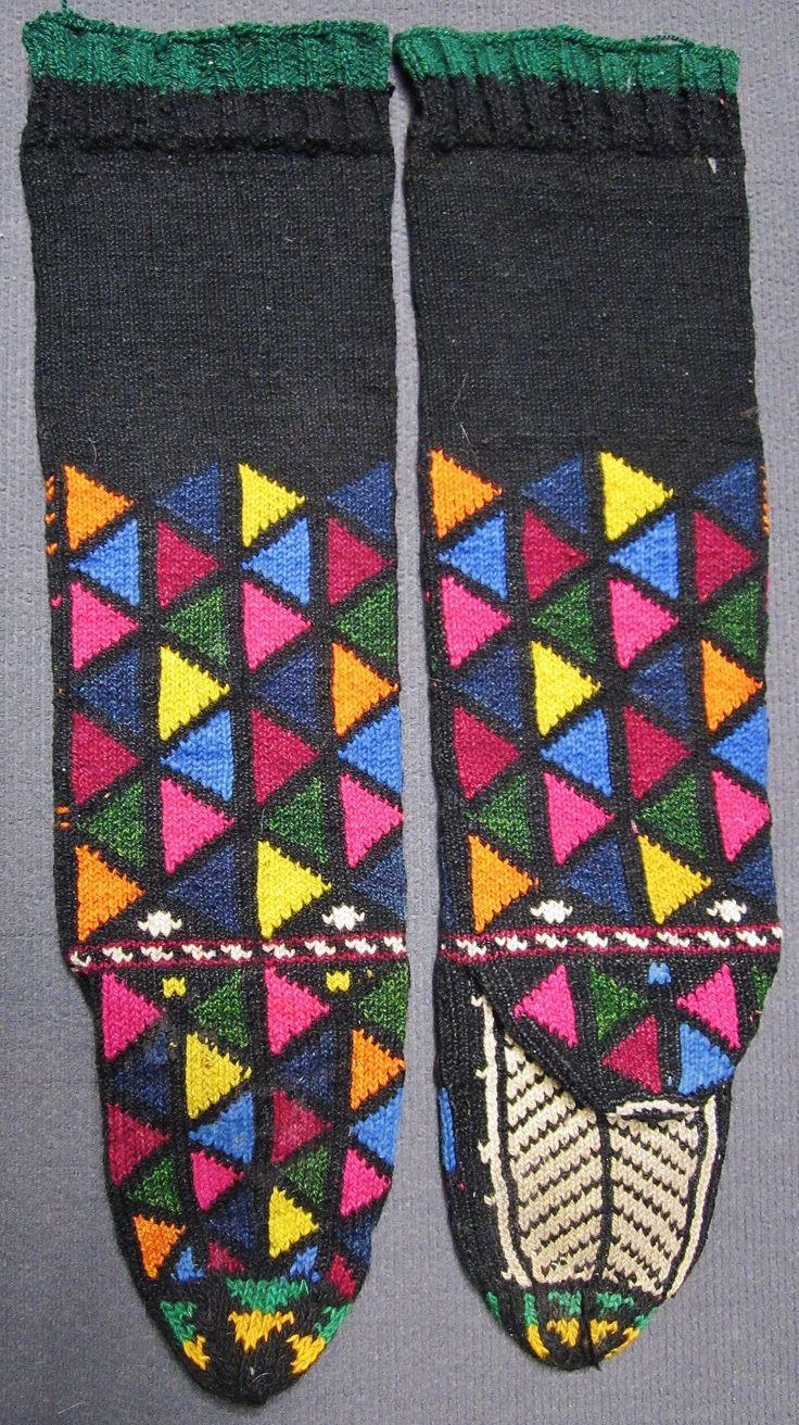 Traditional hand-knitted woollen socks, for men.  From the Keles district (South of Bursa).  Late 20th century.  Ethnic goup: Yörük.  (Inv.nr. çor008- Kavak Costume Collection - Antwerpen/Belgium).