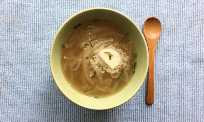 オニオンスープにしてみました。 スライスした大きめさつおう1個をオリーブオイルで炒めました。 しんなり・こんがり炒まったらお湯を入れ、煮立ったらアクを取って、コンソメを味見しながら入れました。 食べるときパセリがなくて、シブレットとバターを落としていただきました。 さつおうの旨みが効いて温まる簡単で美味しスープでした。
