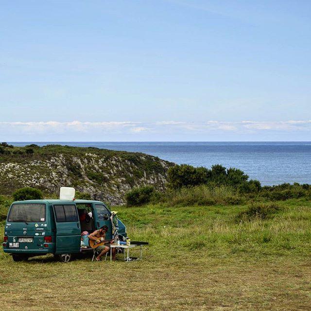 Furgoneta, guitarra y para qué más - Encontré a este chico al lado de una playa urbana en Asturias, cerca de la costa. Me encantó ver al tío tocando la guitarra en su furgoneta, en plan mochilero. Ese momento no tiene precio - #asturias #wild #free #music #libertad #sea #mar #playa #ban #spain #españa #composition #nikon #nikond3300 #relax #mood #nofilter #amazing #picoftheday #photography #igersspain #igers #somosinstagramers #nature #naturaleza #furgoneta