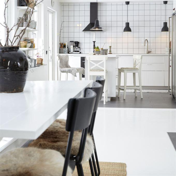 Öppet kök. Köket är från Ikea liksom vitvarorna som Ulrica gärna ville ha i svart. Även lamporna över köksbänken och barstolar är från Ikea.