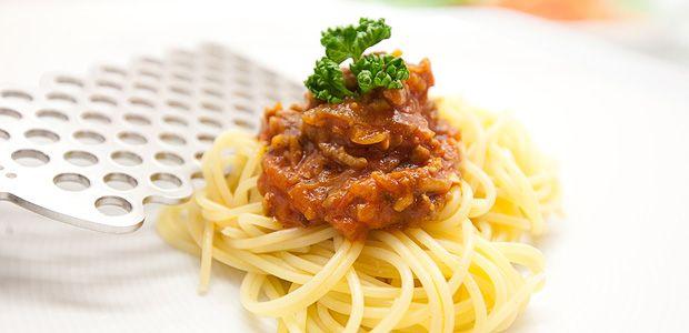 Italienisches Spaghetti Bolognese Rezept Hier ist er, der Klassiker der italienischen Küche: Spaghetti Bolognese! Im Vergleich zu vielen anderen Rezepten wird bei diesem original italienischen Spaghetti Bolognese Rezept das…