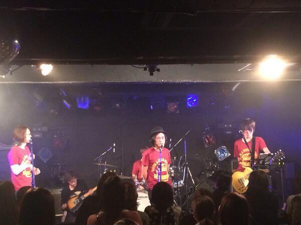 アンコールありがとうございます。木「いやあ、シュンちゃんいるの普通に思えるよね。このメンバーでもう5年もPUFFYやってるし。」シ「もう、ファミリーですよ。日本語で言えば家族ですよ。」ユ「絶対酔ってるわー。」 #ysk_jp