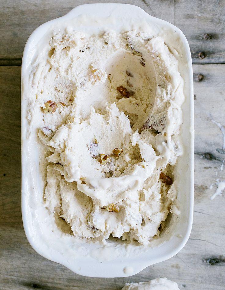 Recette Nougat glacé Thermomix : Mettez les fruits secs dans le bol, mixez 10 s à vitesse 4. Insérez le fouet, ajoutez le fromage blanc et le miel, mélangez...