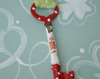 ¿No tienen chimenea? ¡ Que Santa con su propia clave!  ¡ Perfecto para tu colección de Santa!  Yo reciclar las llaves viejas y pintar una Santa encantador en cada uno. La clave es envejecida y brillaban y rematada con una cinta o material vintage. Porque cada adorno es uno de una clase, usted recibirá una clave similar a la que se muestran.  Se trata de reales llaves viejas que han recogido y pintar cada uno yo mismo. Cada cara es un poco diferente, pero le encantará a todos