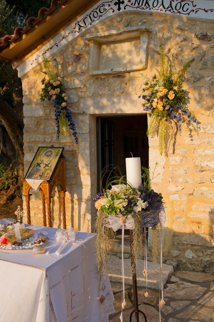 Μικτή αγριολούλουδα για ένα υπέροχο φυσικό γάμο στην Ελλάδα / σύνθεση εκλησια στην αγριολούλουδα / wildflower church decoration with lampathes