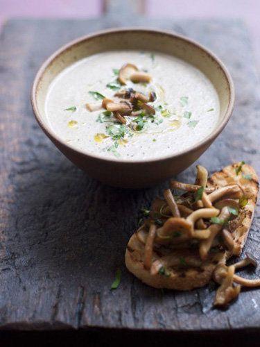 """Суп с грибами рецепт с чабаттой   Суп с грибами рецепт для тех, кто любит сытно поесть, но в то же время суп без мяса. Как говорится, """"дешево и сердито"""" - в этом супе можно использовать любые грибы.  Суп можно подать как крем-суп, оставить несколько грибов целиком и украсить блюдо, можно суп не пюрировать - как вам понравится! Но главное, чем больше разных грибов и чем больше трав, тем ароматнее и вкуснее суп!"""