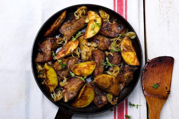 Запеченные свиные ребрышки с картофелем, ссылка на рецепт - https://recase.org/zapechennye-svinye-rebryshki-s-kartofelem/ #Мясо #блюдо #кухня #пища #рецепты #кулинария #еда #блюда #food #cook