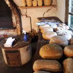 Brot frisch aus dem Holzofen. Backen im historischen Backhaus. Deutsche Traditionen. Brotvielfalt in Deutschland Unser Rezept für Landbrot im Blog!