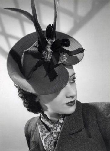 Onbekend   Mode, hoeden, dameshoeden. [Model: Louise Bourbon][1939]