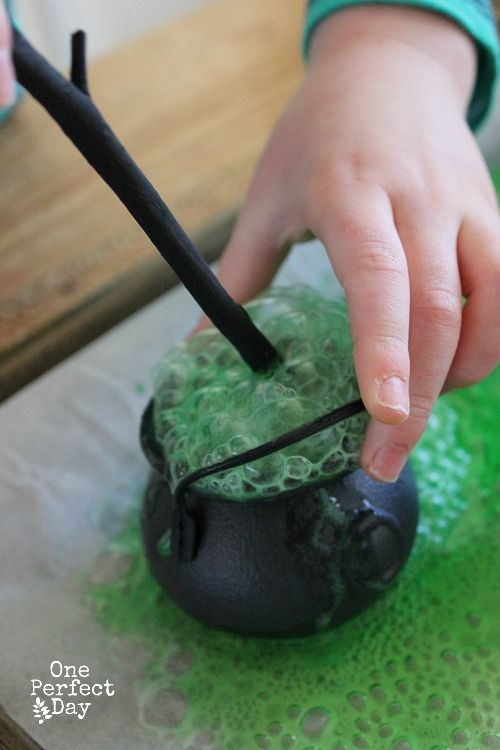 Bubbling Potions with baking soda & vinegar from One Perfect Day http://oneperfectdayblog.net?utm_content=buffer6afe2&utm_medium=social&utm_source=pinterest.com&utm_campaign=buffer #Halloween