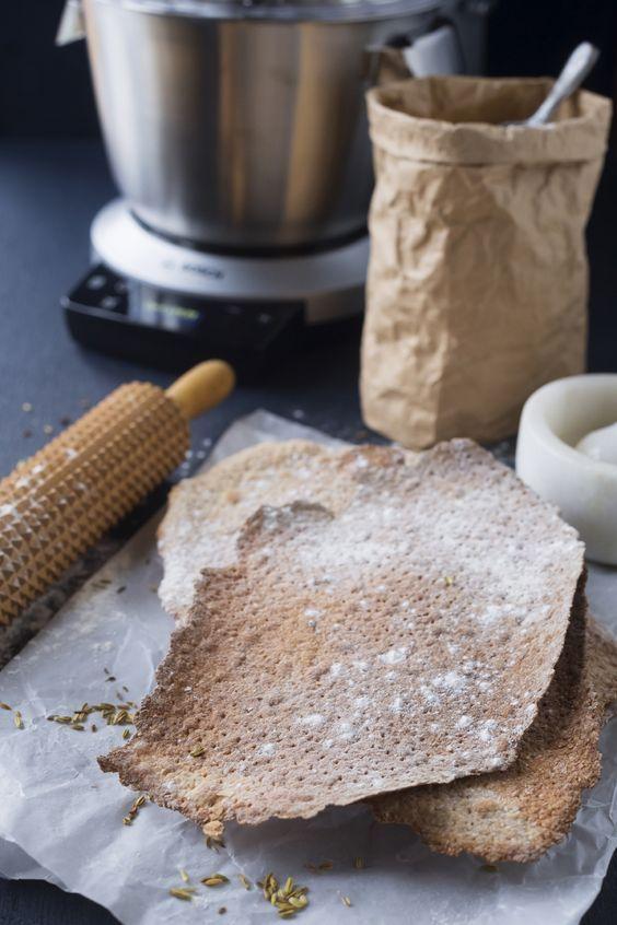 Piffa till julbordet med eget knäckebröd med klassiska kryddor och ljuvliga kolasnittar till kaffet.