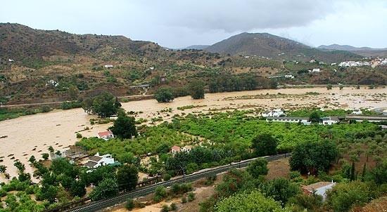 Imagen de los campos del término municipal de Álora, en Málaga, donde las fuertes lluvias caídas las últimas horas han causado la muerte de una mujer y miles de personas están afectadas.