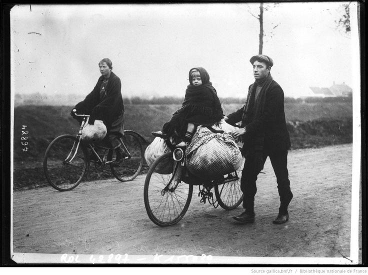 Fugitifs belges traversant le nord de la France [famille de réfugiés avec leur bicyclette] : [photographie de presse] / [Agence Rol] | Gallica