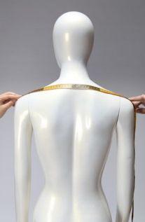 Carrure épaule: Cette mesure doit être prise de pointe d'épaule à pointe d'épaule, comme la photo.