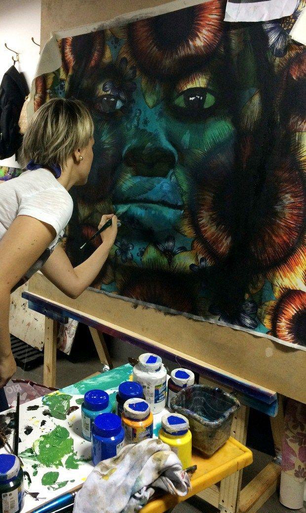 A artista plástica Aline Miguel destaca a figura da mulher negra pintada em tinta acrílica sobre tela laminada de Chitão, criando fantásticas padronagens.