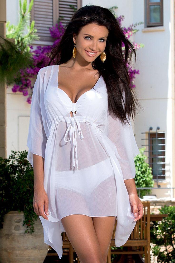 Rochia de plaja TOO5 White face parte din colectia cunoscutului brandului italian Violin.  Are croiala vaporoasa tip fluture, usor transparenta, foarte potrivita pentru a marca micile imperfectiuni.  Materialul este foarte confortabil si se usuca rapid.   Aceasta rochie de plaja, intr-o culoare luminoasa, se potriveste fantastic cu orice costum de baie! Vei avea o tinuta de plaja fabuloasa!
