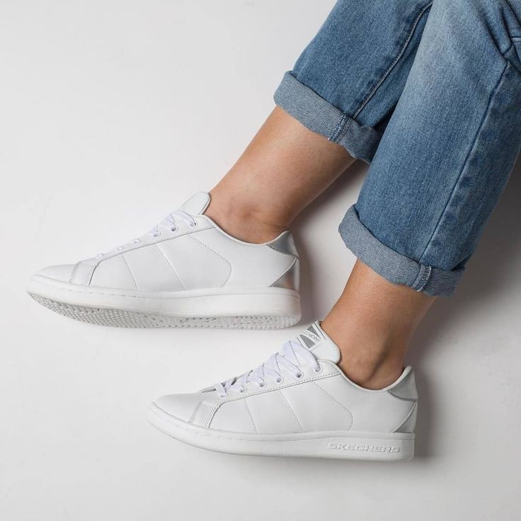 La tendance des baskets blanches continuera de battre son plein ce printemps! Avez-vous votre paire?  #lookdujour #ldj #whitesneakers #basketsblanches #shoes #spring #trend #style #inspiration #skechers #AD @skechers.canada