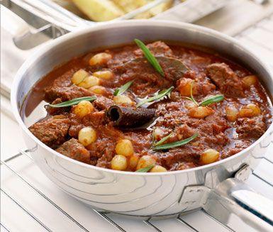 Mustiga och kryddiga smaker i denna delikata grekiska gryta. Stifado innehåller grytbitar av nöt, lök, vitlök, tomater, lagerblad, kanelstång, nejlika och syltlök. Servera gärna grytan med ugnsrostad eller kokt potatis.