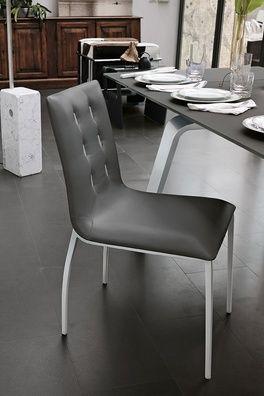 Modern egyedülálló formavezetésű, puha tapintású bőrszövet szék, gombokkal díszítve.