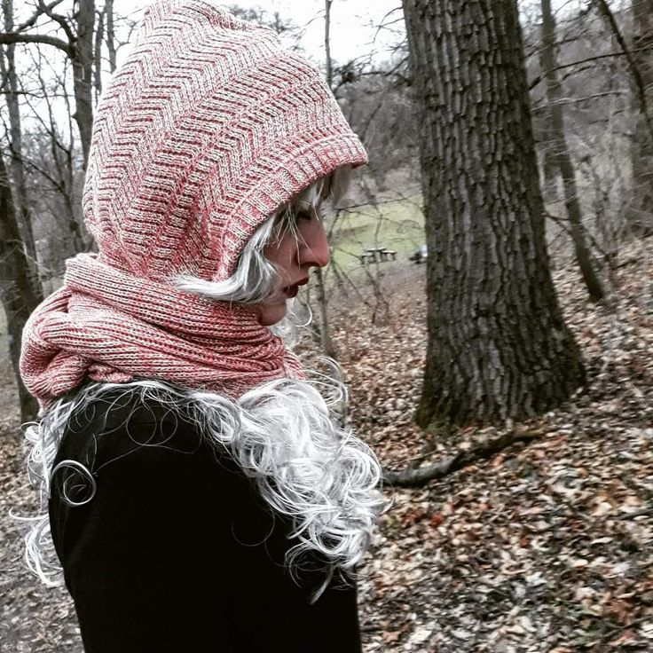 Hoodies scarf knitted in pink.  Www.instagram.com/barbrodesign