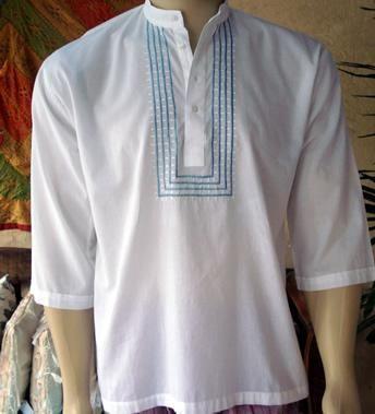 Bata masculina indiana de algodão. Branca, com gola padre e bordado em azul claro.