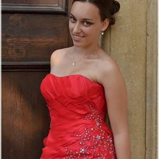 Rudě červené šaty z našeho svatebního salonu