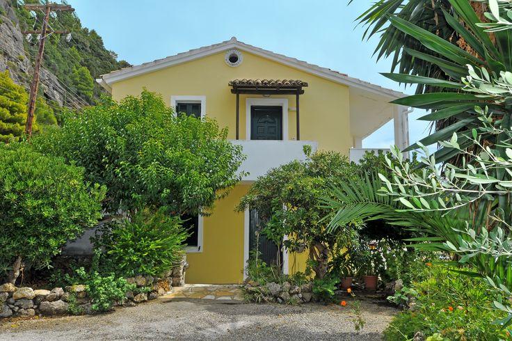 Description: Rustig gelegen appartement aan één van de mooiste zandstranden van Corfu. Appartement aan één van de mooiste stranden van Corfu Glyfada is één van de mooiste zandstranden van Corfu. Op de heuvelnet bovenGlyfada Beachliggen de vele kleurige huisjes van Glyfada Villas. Veelal privébezit en dus onderling verschillend. Onze appartementen bij Glyfada Villas zijn van Sofia. Zij komt al van kindsaf met de hele familie naar Glyfada. Toen was er nog niets behalve de groene baai hetwarme…