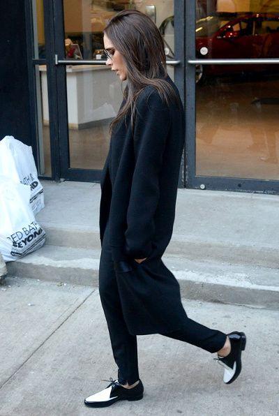 """Entre manteau long et souliers plats, Victoria Beckham en a bel et bien fini avec la """"sexyness"""" gratuite"""