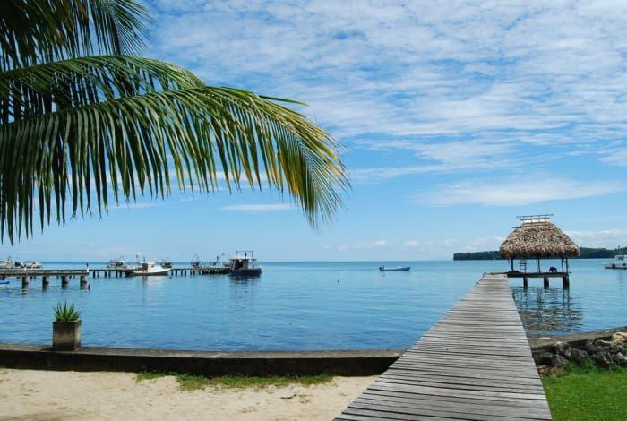 Livingston, es uno de los mejores destinos turísticos de Guatemala ya que combina playas caribeñas de aguas cristalinas, palmeras, vegetación exuberante, y arena blanca. ¡Y eso no es todo! Livingston también posee una selva, el espléndido cañón de Río Dulce con sus lagunas y riachuelos adyacentes; una rica fauna, en la que abundan una gran variedad de aves marinas y otros pájaros tropicales.