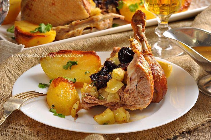 Запеченная утка с яблоками, черносливом и картофелем. - Вкусная пауза
