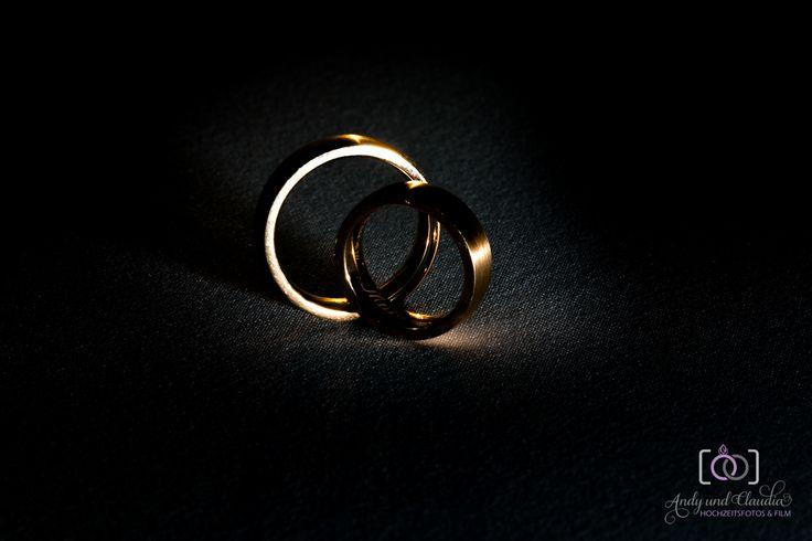 Eheringe, die Zeichen der unendlichen Liebe. Ein Überblick über die wichtigsten Materialen für Hochzeitsringe.  http://www.wedding-exchange.de/2015/10/05/eheringe-aus-weissgold-palladium-oder-silber-ein-ueberblick-ueber-die-wichtigsten-materialien-fuer-die-hochzeitsringe/