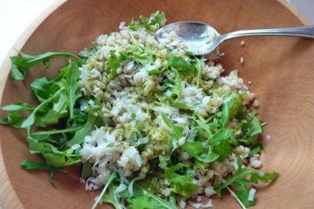 Ricette legumi: orzo al pesto di rucola. Variante: con jocca e pomodori secchi