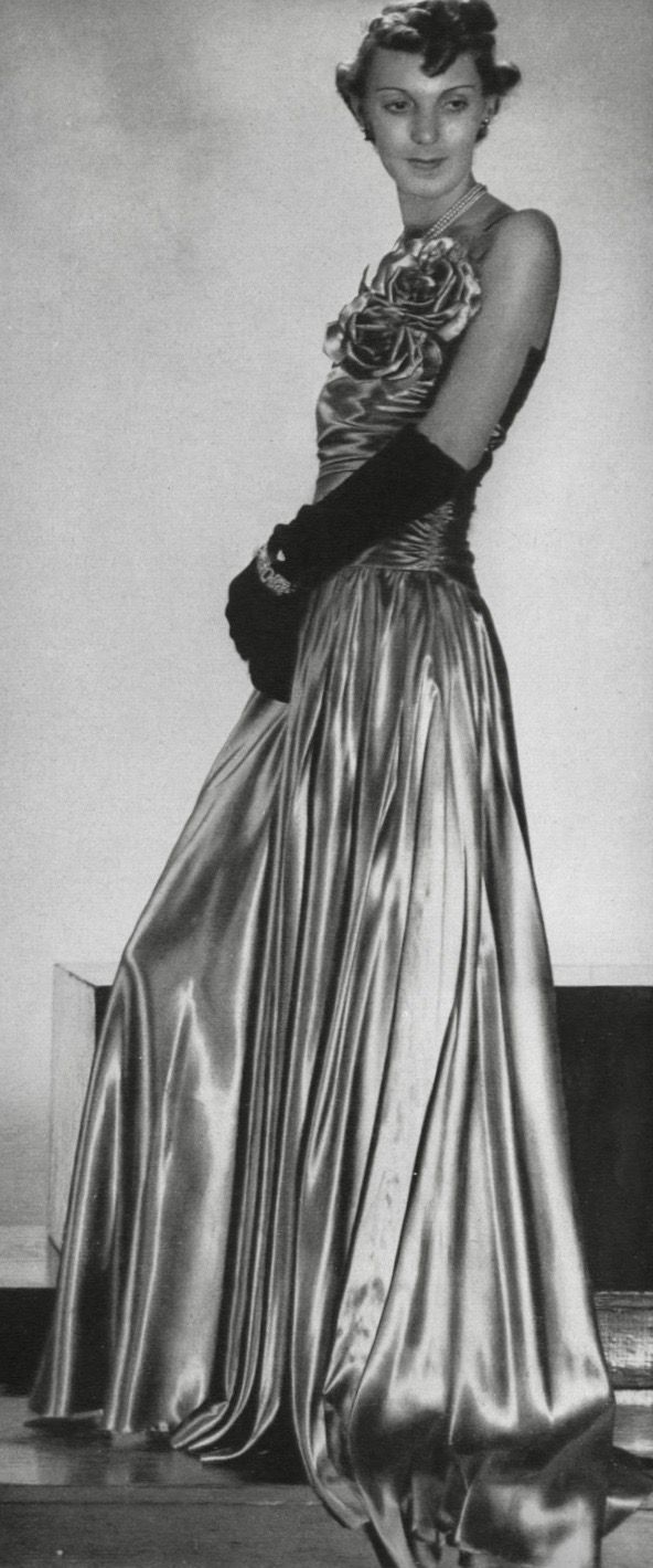 Pin By 1930s 1940s Women S Fashion On 1930s Evening Wear Flowers Evening Dress Fashion Ball Gowns Formal Evening Wear [ 1420 x 592 Pixel ]