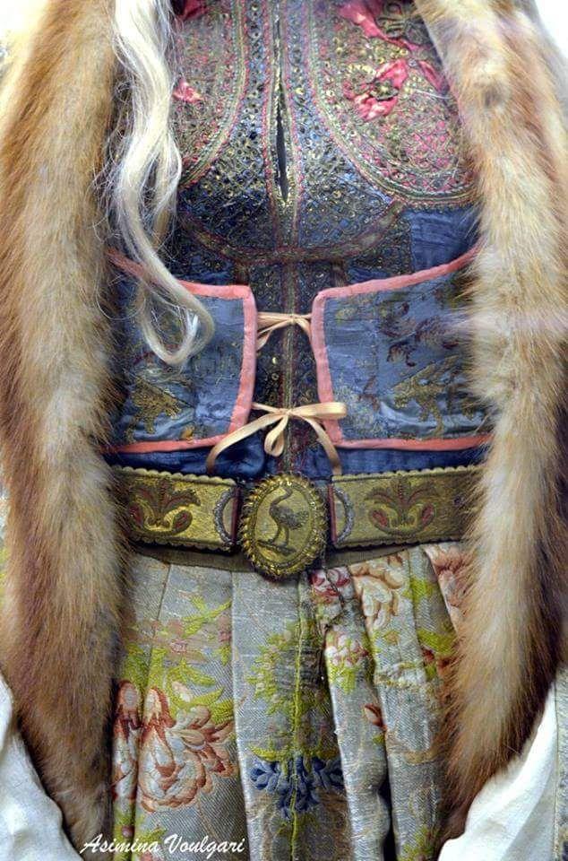 Γυναικεία φορεσιά από την Άνδρο. Μουσείο  Μπενάκη. Φωτογραφία: Ασημίνα Βούλγαρη