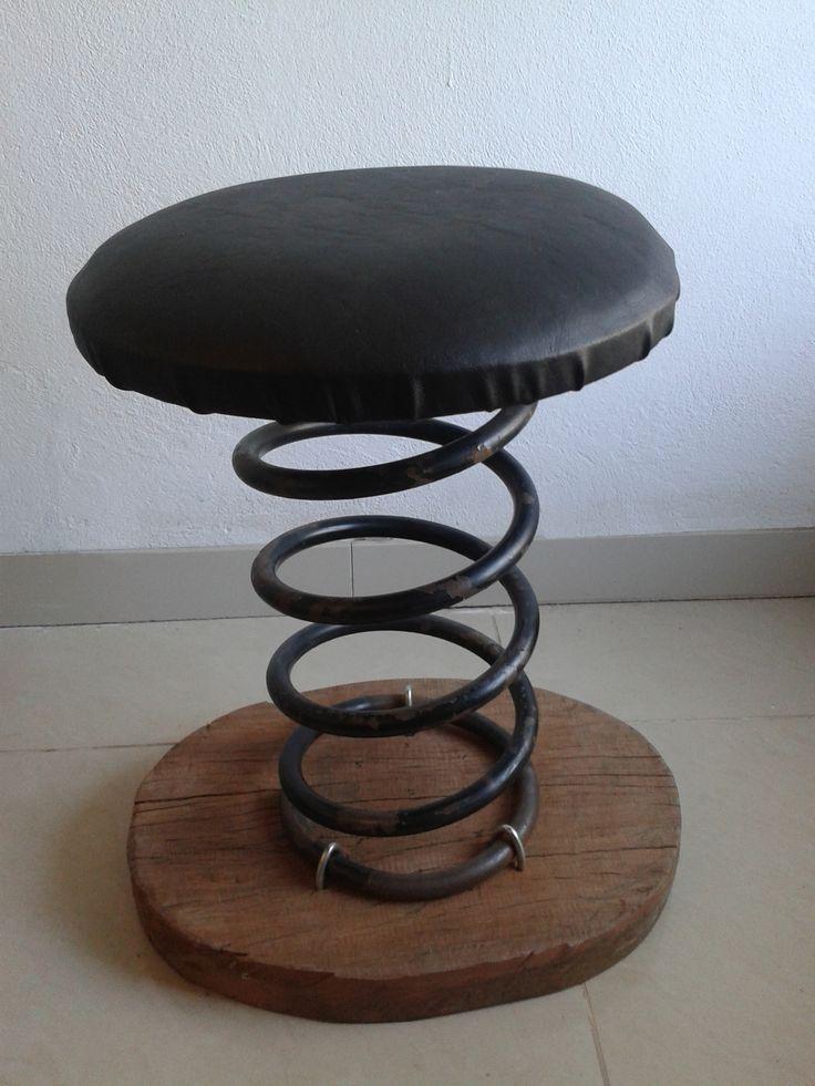 Banco de espiral (resorte) Banco hecho con base de Madera añeja, espiral de automovil. Aglomerado tapizado en cuerina.