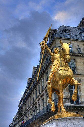 Statue de Jeanne d'Arc,place des Pyramides 75001 Paris.  La place des Pyramides est située dans le quartier du Palais-Royal du 1ᵉʳ arrondissement de Paris. Coupant la rue de Rivoli, à la hauteur du jardin des Tuileries, et au bout de la rue des Pyramides. La statue est l'œuvre du sculpteur français Emmanuel Fremiet.