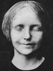 """In the late 1880s, the body of a 16-year-old girl was pulled from the Seine. She was apparently a suicide, as her body showed no marks of violence, but her beauty and her enigmatic smile led a Paris pathologist to order a plaster death mask of her face.    In the romantic atmosphere of fin de siècle Europe the girl's face became an ideal of feminine beauty. The protagonist of Rainer Maria Rilke's 1910 novel The Notebooks of Malte Laurids Brigge writes, """"The mouleur, who..."""