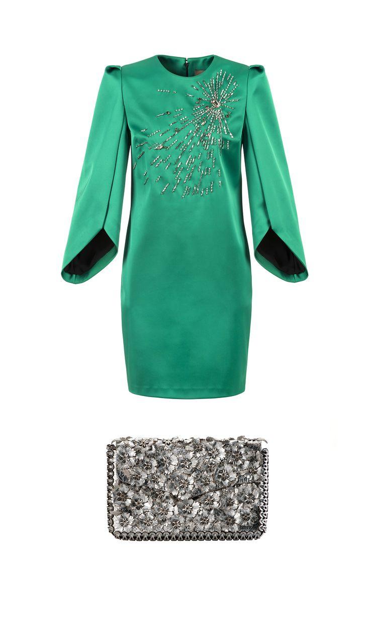 Abito mini in seta smeraldo, ricamo di cristalli e maniche a calice, Space Style Concept Borsa in pelle argento interamente intrecciata e laserata, Amala   -cosmopolitan.it