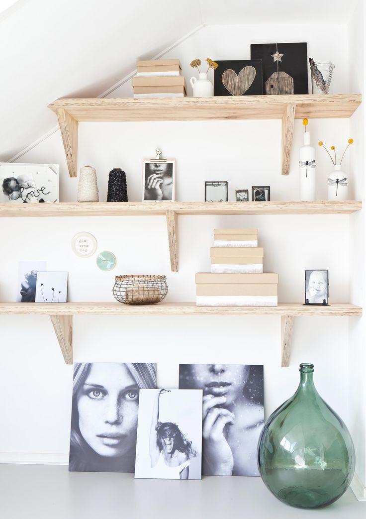 Plankenwand vol accesoires in de nieuwe zolder van Lotte en Maarten | Make-over door Kim van Rossenberg